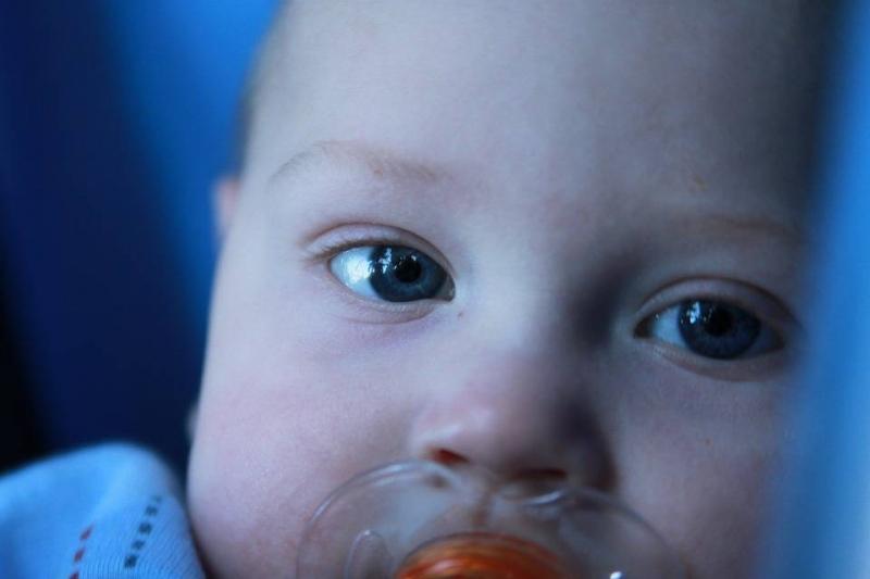 宝宝吃奶时总吐出奶头的原因